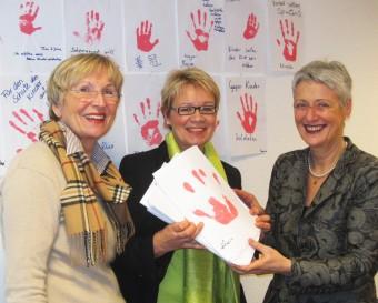 Übergabe der 380 roten Hände an Frau Marieluise Beck