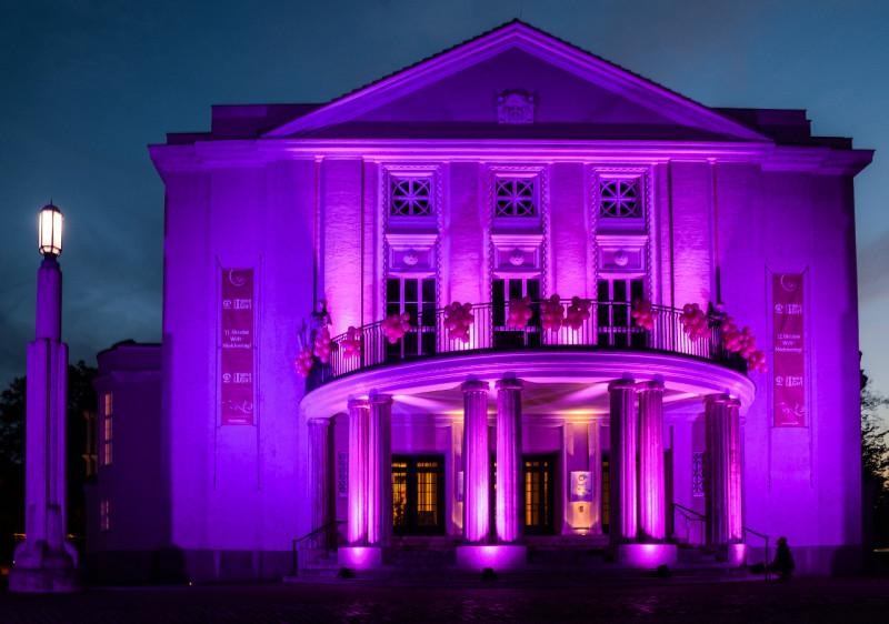 Pink angestrahltes Stralsunder Theater; Foto M.Wertschulte