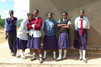 Gruppenbild vor Schule in Sambia