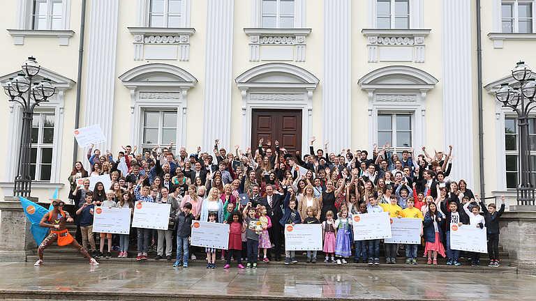 Die Teilnehmerinnen und Teilnehmer am Tag der Preisverleihung vor dem Schloss Bellevue. Photocredit: Patrick Meinhold