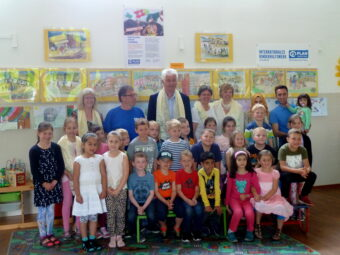 """Bürgermeister Uwe Reese (Bildmitte - mit nepalesischen Begrüßungsschal) eröffnet mit Kindern der Grundschule """"Am Wiesenhof"""" die Ausstellung"""