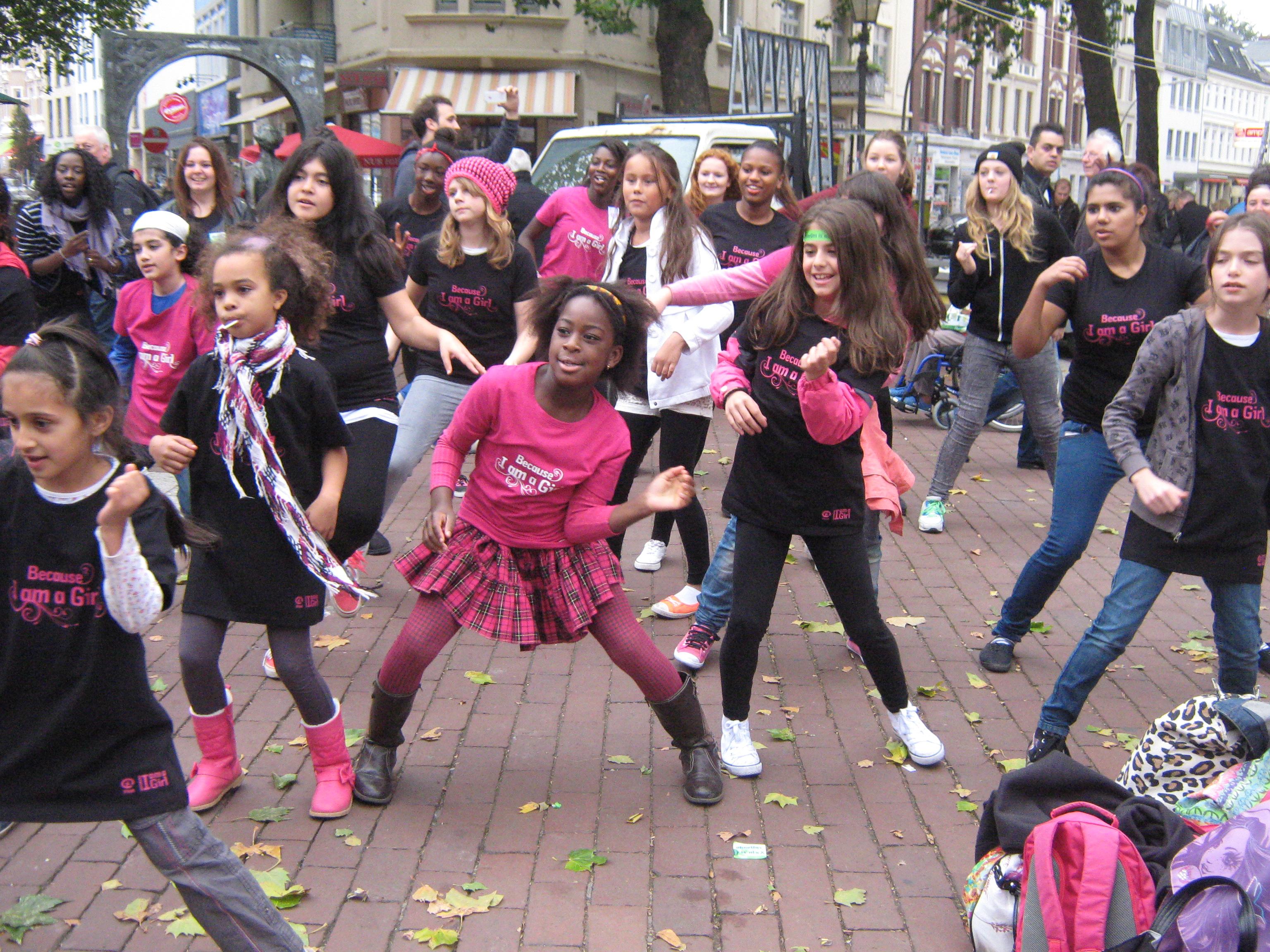 Tanz-Flashmob in Hamburg zum Welt-Mädchentag 2013 © Plan International