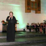 Konzert- und Opernsägerin Birgit Brodisch begrüßt die vielen Gäste