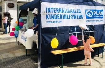 Tombola AG Schweinfurt Info-Stand Informationsstand Plan International, Kinderhilfswerk,