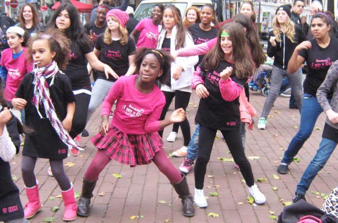 Jugendliche von PlanAction unterstützen den Tanz-Flashmob in Hamburg zum Welt-Mädchentag 2013 und sammeln Spenden für die Kampagne Because I am a Girl.