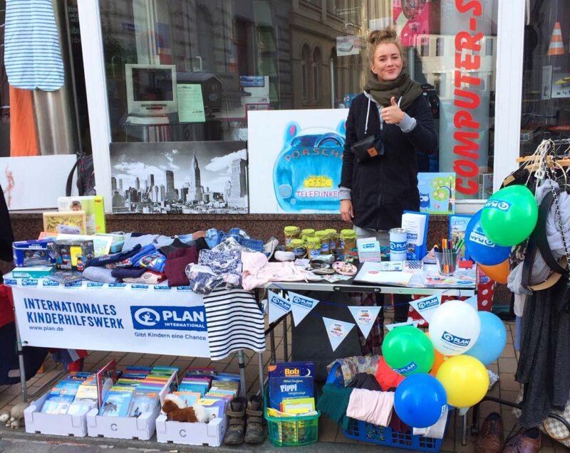 Schweriner AG-Mitglied Maxi Hartig am Flohmarkt-Stand für Bildung in Ruanda