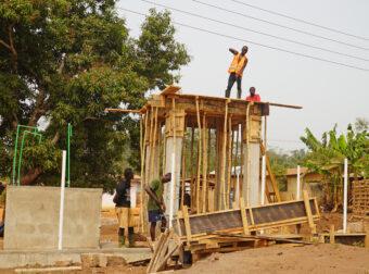 Bau von Toiletten an einer Schule.
