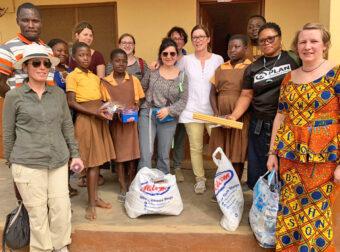 Frewillige mit Schülerinnen in Ghana.