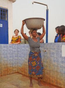 Frau beim Wasser holen.