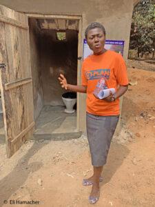 Plan-Kollegin zeigt eine vorbildliche Toilette.