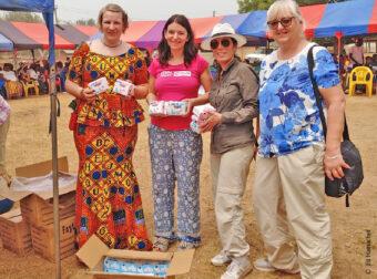 Frewillige mit Hygieneartikeln in Ghana.