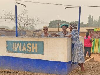 Frauen versammeln sich beim Wasser holen.