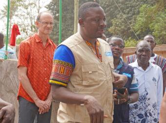 Plan-Mitarbeiter aus Ghana mit dem Aktionsgruppenkoordinator.