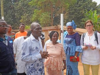 E. Hamacher mit Gemeindemitgliedern in Ghana.