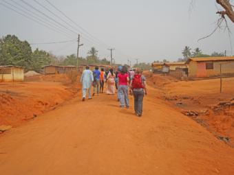 Frewillige spazieren in der Projektregion.