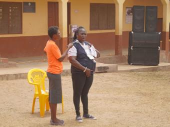 Plan-Mitarbeiterinnen erläutern Artikel der Menstruationshygiene.
