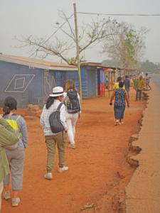 Freiwillige spazieren in der Projektgemeinde.