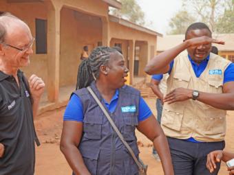 Plan-Angestellter macht das Gleichheitszeichen für #GirlsGetEqual